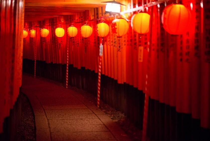 一人で・・来てみる・・・?伏見稲荷大社の夜間の「ライトアップの時間」と「ライトアップの理由」・・。
