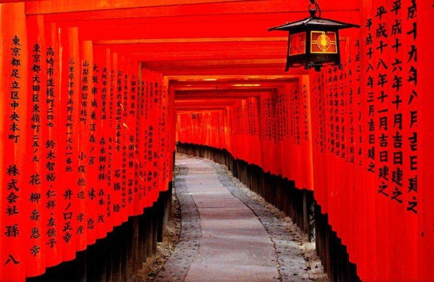 夜間に行くと神隠しに遭遇?!伏見稲荷大社の千本鳥居の「歴史・場所・由来・本当の数・階段数・距離(長さ)」について