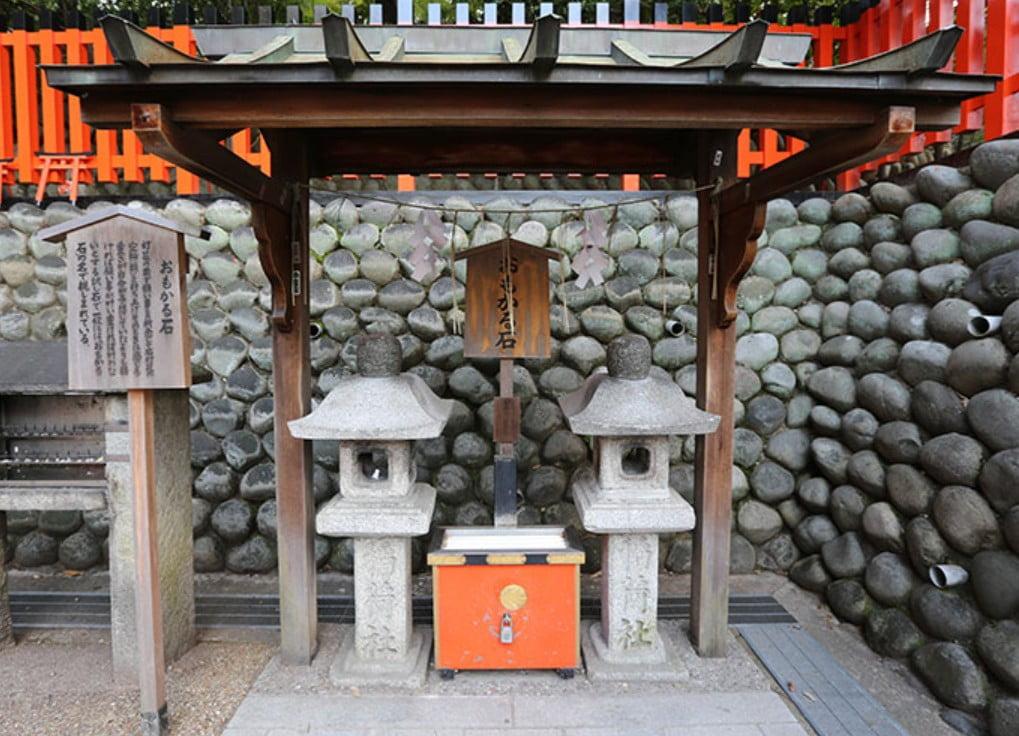 京都・伏見稲荷大社のパワースポット【その2】「おもかる石」