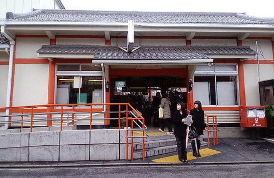 JR西日本奈良線「稲荷駅」 改札外