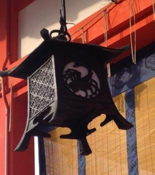 京都・伏見稲荷大社の外拝殿と「吊り灯籠の黄道12星座」