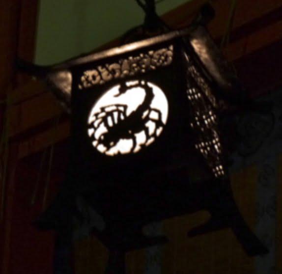 京都・伏見稲荷大社の外拝殿と「吊り灯籠の黄道12星座」01