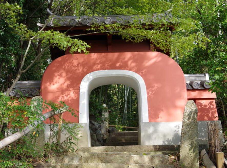 石峰寺の入口の赤門